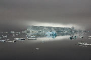 Lysende isbjerg i tågedisen