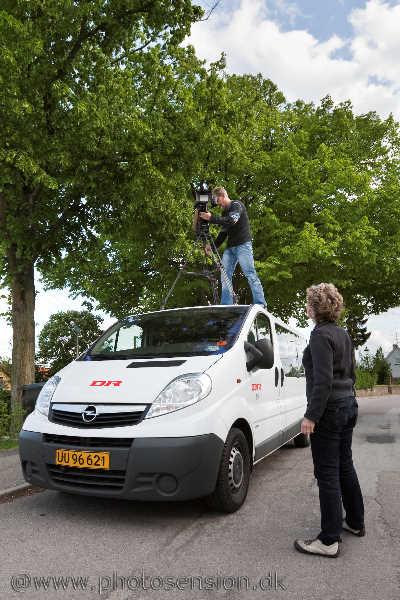 Danmarks Radio filmer foran bytræet i Arnakke