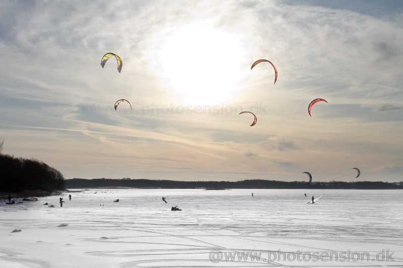 Kitesurfere på isen ved Munkholmbroen